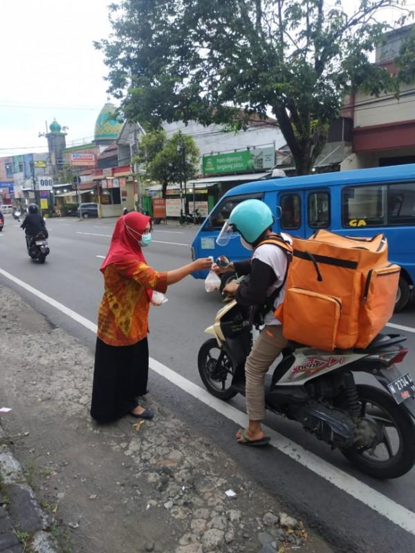 Instalasi gizi RSI Unisma yang membagikan takjil kepada para pengguna jalan (Ist)