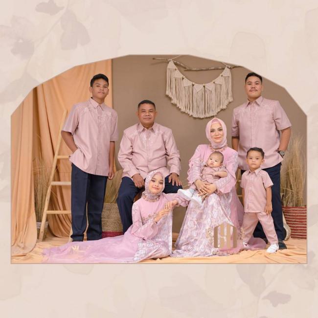 Outfit Keluarga Serba Pink (Dok. Instagram @gitaorlin)