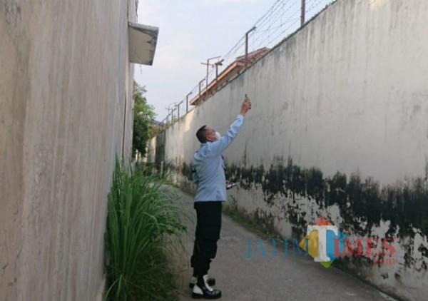 Petugas Lapas menunjukkan tempat yang dijadikan penyelundupan narkoba. (Eko Arif S/ jatimtimes)