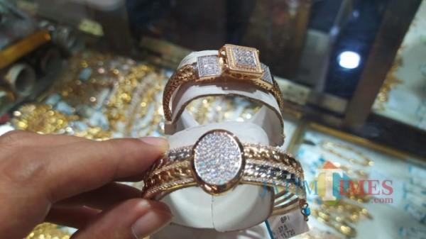 Salah satu perhiasan di toko Bulan Purnama yang banyak diburu pembeli. (Nurlayla Ratri/MalangTIMES).