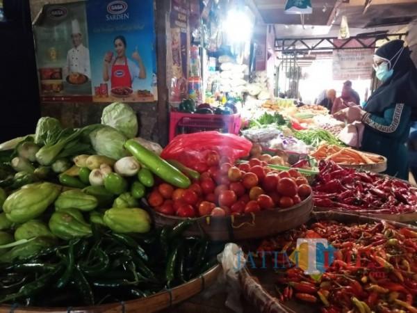 Seorang pembeli di Pasar Kepanjen sedang berbelanja untuk kebutuhan lebaran. (Fery Arifiansyah/MalangTIMES)