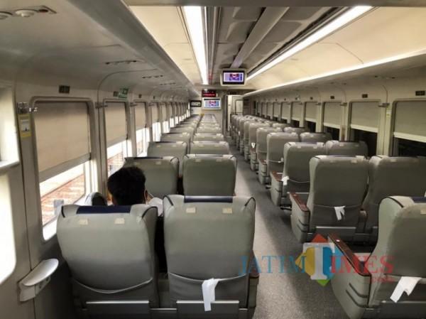 Suasana di dalam gerbong kereta api yang sangat tampak sepi di Stasiun Malang Kota Baru, Jumat (7/5/2021). (Foto: Tubagus Achmad/MalamgTIMES)
