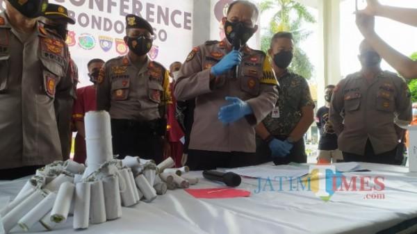 Wakapolres Bondowoso, AKP Susiyanto saat menunjuk barang bukti (Foto: Abror Rosi/JatimTimes)