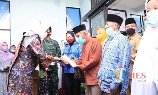 Wali Kota Batu Dewanti Rumpoko saat memberikan santunan kepada warga di Masjid Miftahul Huda, Dusun Durek, Desa Giripurno, Kecamatan Bumiaji beberapa saat lalu. (Foto: istimewa)