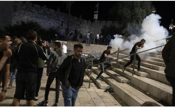 Bentok polisi Israel dengan warga Palestina (Foto: AP Photo/Maya Alleruzzo)