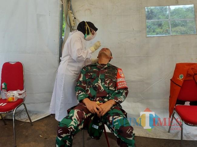 Danrem 083/Baladhika Jaya saat menjalani rapid tes antigen.