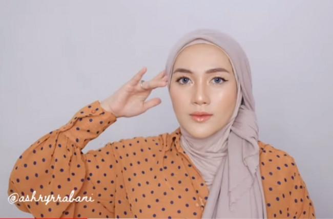 Gaya hijab segi empat lebih modis. (Foto: Youtube Ashry Rabani).