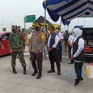 Gubernur, Kapolda dan Pangdam V Brawijaya Jatim Cek Posko Penyekatan Larangan Mudik di Ngawi