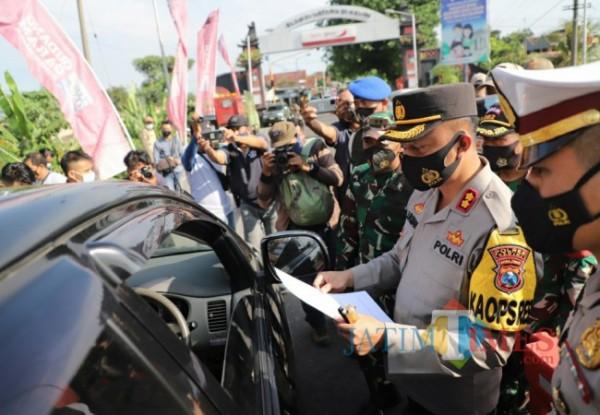 Kapolres Kediri AKBP Lukman memeriksa kendaraan di Pos Pean mengkreng.(eko arif s/jatimtimes)