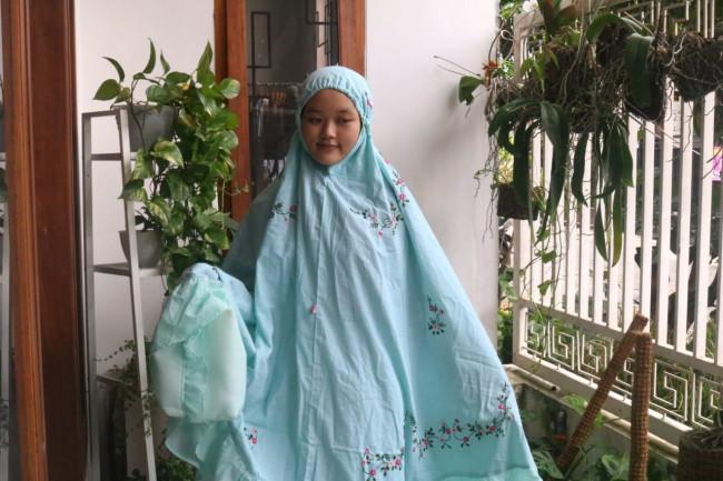 Mukena yang juga dibuat dengan teknik sulam tangan buatan warga Kota Malang. (Foto: Istimewa).