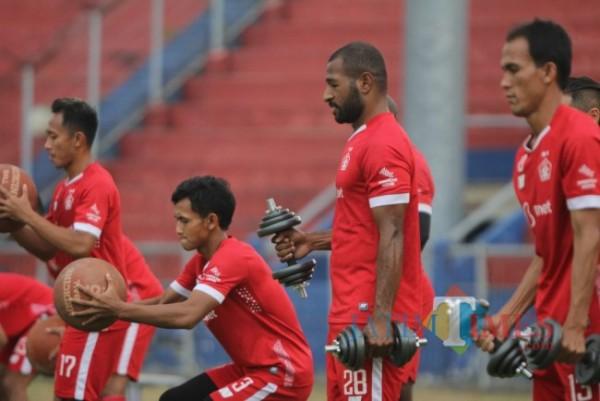 Pemain Persik Kediri saat berlatih fisik di stadion Brawijaya.(ist)