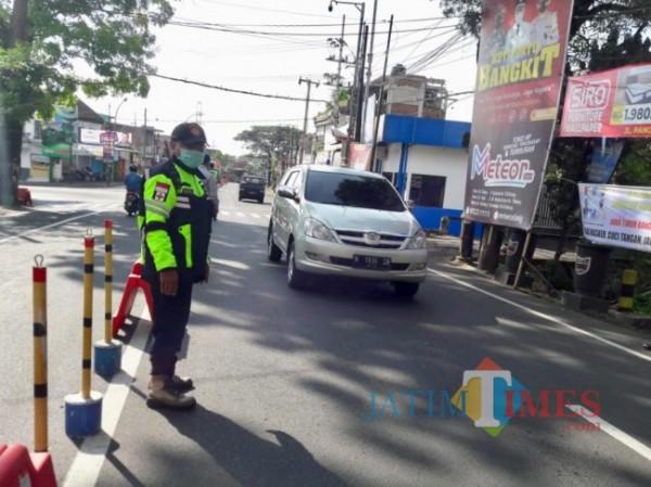 Petugas saat melakukan Operasi Ketupat Semeru 2021 di Pos Pendem, Sabtu (8/5/2021). (Foto: Irsya Richa/MalangTIMES)