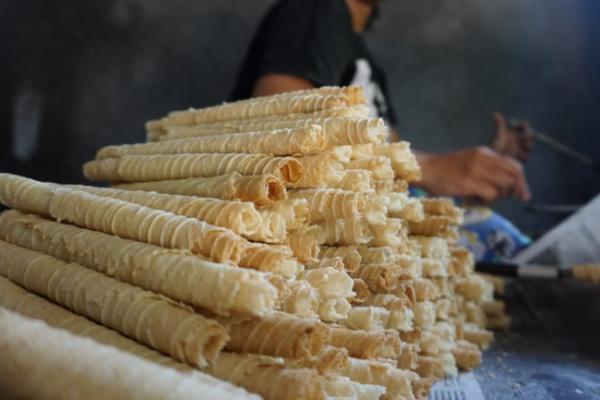 Pembuatan opak gambir masih menggunakan cara tradisional dan manual. (Foto: Istimewa.)