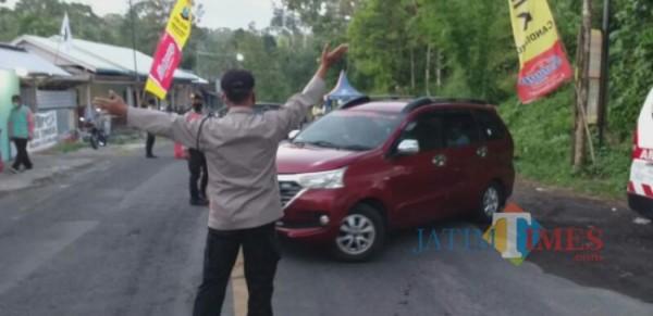 Kendaraan yang diminta putar balik  oleh petugas (Foto: Humas Polres Lumajang)