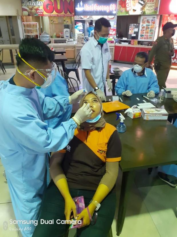 Salah seorang karyawan di foodcourt Matos menjalani rapid tes antigen ditempat.