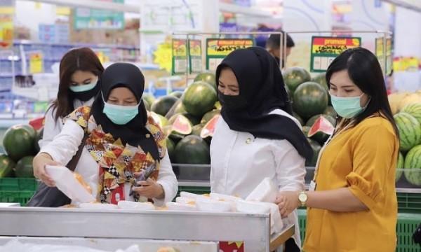 Beberapa konsumen saat memilih barang yang akan dibeli di salah satu supermarket di Kota Batu. (Foto: istimewa)