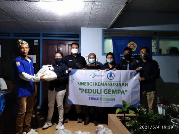 FST Peduli saat memberikan bantuan paket sembako terhadap para korban gempa. (Ist)