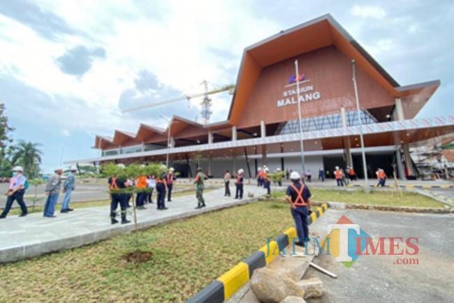 Para pegawai PT KAI yang sedang mempersiapkan pengoperasian Stasiun Malang Baru.