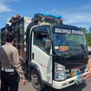 Antisipasi Pemudik Gelap yang Gunakan Truk dan Mobil Box, Petugas Langsung Cek Kendaraan