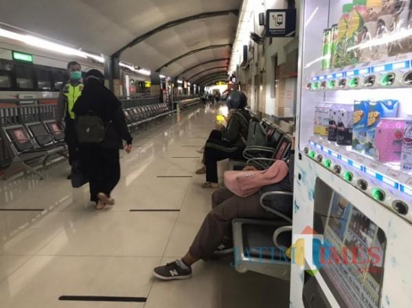 Suasana Stasiun Malang Baru yang tampak lengang akibat kebijakan larangan mudik yang dikeluarkan oleh pemerintah pusat. (Foto: Tubagus Achmad/MalangTIMES)
