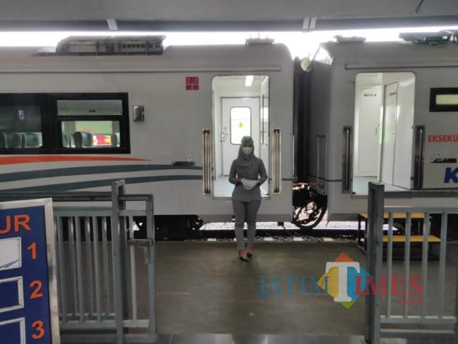 Tampak petugas di Stasiun Malang Baru yang menunggu para calon penumpang non-mudik.