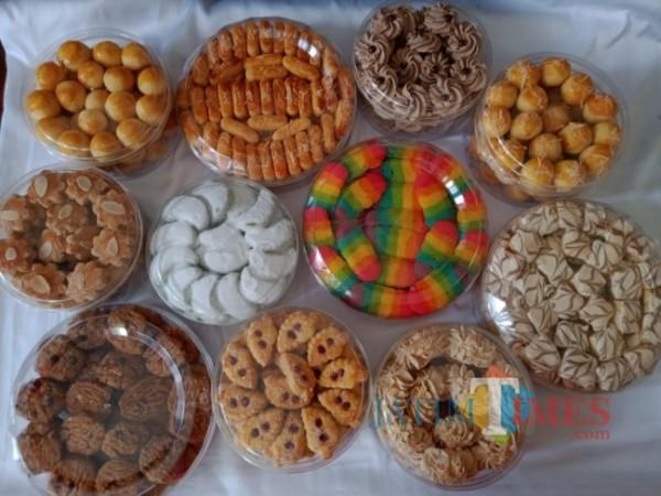 Beberapa macam kue kering siap disajikan saat lebaran. (Foto: Irsya Richa/MalangTIMES)
