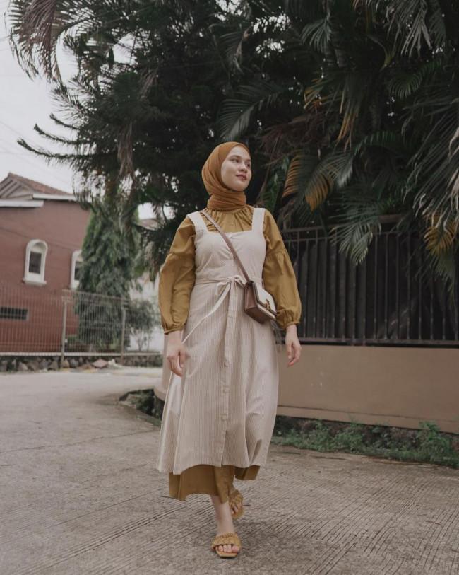 Gaya pemakaian dress dengan padu padan busana lain yang lebih modis. (Foto: Instagram @dwihandaanda).