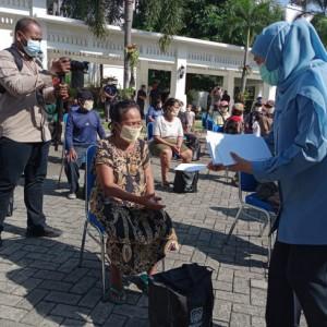 Gubernur Jatim Khofifah Bagikan 200 Paket Sembako dan THR