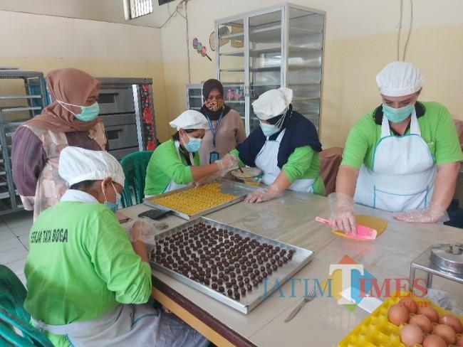 Kalapan Perempuan Kelas IIA Malang Tri Anna Aryati saat meninjau langsung WBP memroduksi kue lebaran.