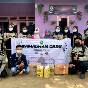 Ramadan Care, Mahasiswa FTI Unisba Blitar Beri Santunan Anak Yatim dan Lansia