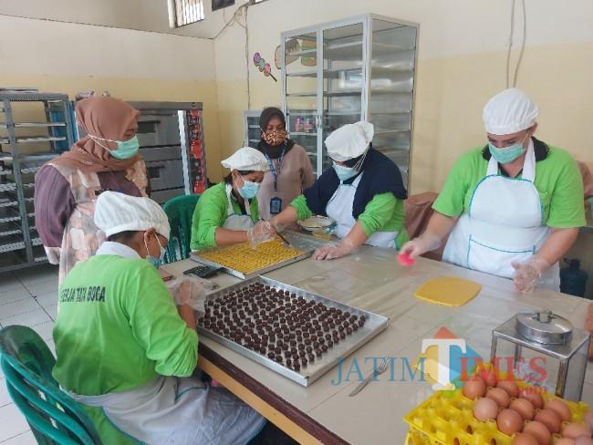 Kepala Lapas Perempuan Kelas IIA Malang Tri Anna Aryati (sebelah kiri berdiri) saat meninjau WBP yang sedang membuat kue lebaran.