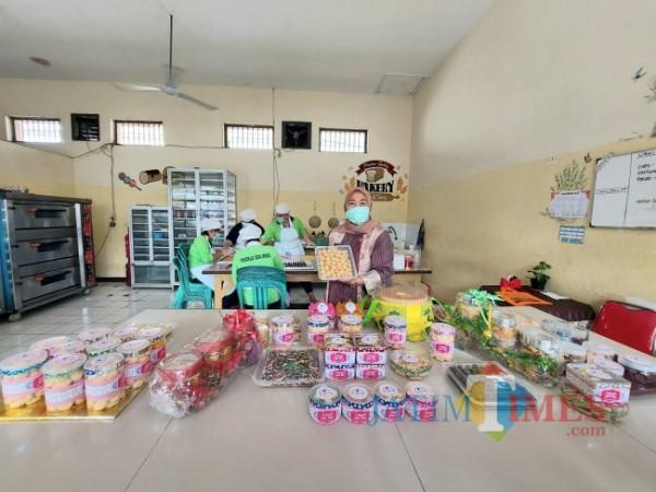 Kepala Lembaga Pemasyarakatan Perempuan Kelas IIA Malang Tri Anna Aryati saat menunjukkan produk kue lebaran hasil kreativitas warga binaan pemasyarakatan. (Foto: Tubagus Achmad/MalangTIMES)