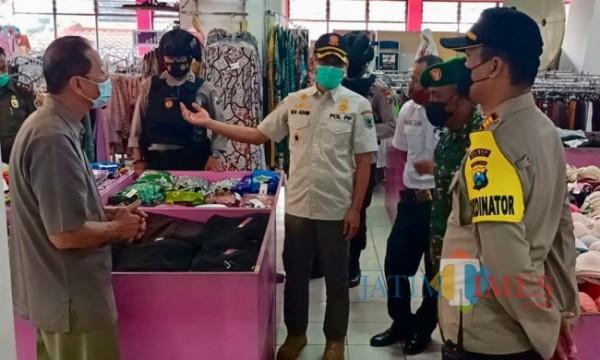 Kepala Satpol PP saat meninjau pusat perbelanjaan. (Foto: Irsya Richa/MalangTIMES)