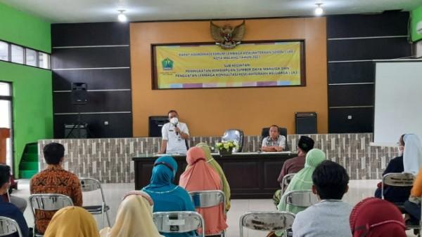 Kepala Seksi Pemberdayaan Sosial Dinsos-P3AP2KB Kota Malang Heri Wiyono saat memberikan pengarahan di Rapat Koordinasi LKS Kota Malang. (Foto: Istimewa)