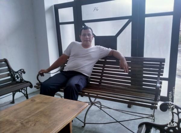 Kepala UPT PPU DLH Kota Malang, Taqruni Akbar yang duduk di atas kursi Belanada yang sudah berumur puluhan tahun (Anggara Sudiongko/ MalangTIMES)