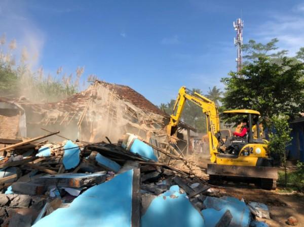 Lokalisasi Girun saat dilakukan pembongkaran (foto: PT KAI)