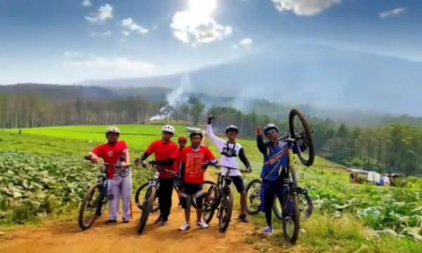 Para bikers saat berswafoto di Bukit Jengkoang. (Foto: Istimewa)