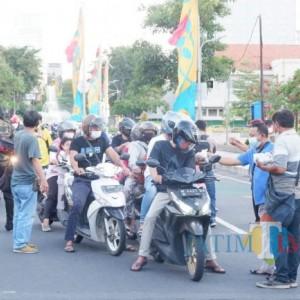 Wartawan DPRD Surabaya Bagikan Takjil