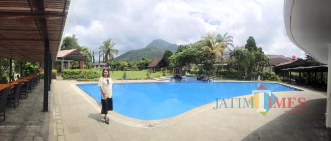 Tampak kolam renang yang ada di el Hotel Kartika Wijaya Kota Batu.