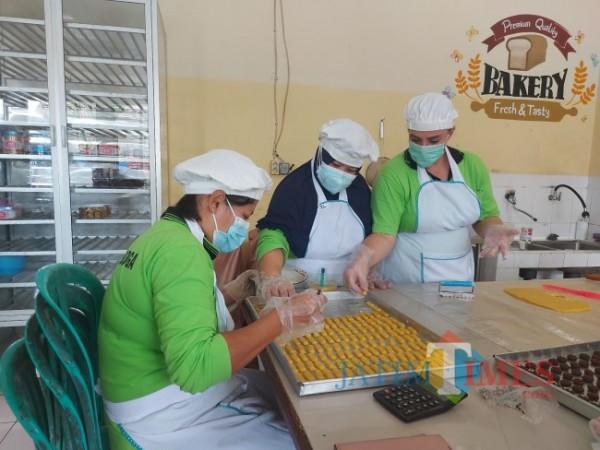 Tampak sosok WBP (Warga Binaan Pemasyarakatan) Catherine (paling kanan) asal Afrika Selatan yang sedang membuat kue lebaran di dapur Lembaga Pemasyarakatan Perempuan Kelas IIA Malang, Jumat (7/5/2021). (Foto: Tubagus Achmad/MalangTIMES)