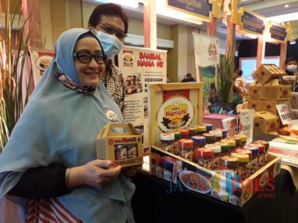 Pemilik usaha Sambal Mama Ni yakni Heni Wardani saat menunjukkan produk sambal siap sajinya. (Foto: Tubagus Achmad/ MalangTIMES)