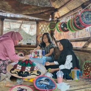 Kolaborasikan Seni Lukis dengan Anyaman Bambu, Ibu Rumah Tangga Hasilkan Souvenir Berharga