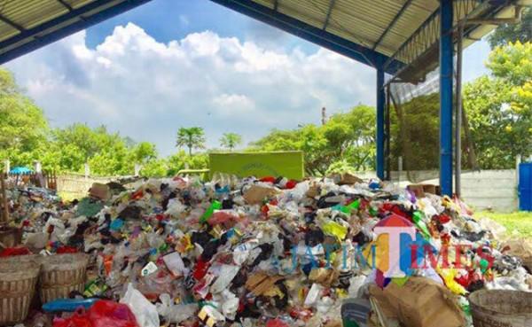 Tumpukan sampah di TPS Kelurahan Dadaprejo. (Foto: Irsya Richa/MalangTIMES)