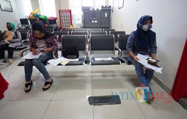 Warga saat menunggu pelayanan di kantor Dinas Kependukan dan Catatan Sipil (Dispendukcapil) Kota Batu beberapa saat lalu. (Foto: Irsya Richa/MalangTIMES)