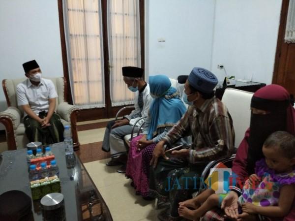 Badri dan keluarga datang ke Pendopo meminta maaf atas nama pemilik akun Al Maidah (Foto : Moch. R. Abdul Fatah / JatimTIMES)