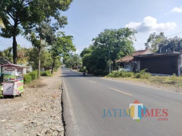 Ruas jalan nasional di Klakah Lumajang yang lebih sering sepi dari kendaraan (Foto : Moch. R. Abdul Fatah / JatimTIMES)