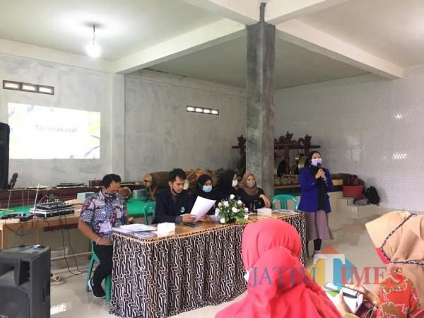 Mahasiswa KKN UM memberikan materi tentang psikoedukasi kepada calon kader Posyandu Jiwa di Desa Pait (foto: istimewa)