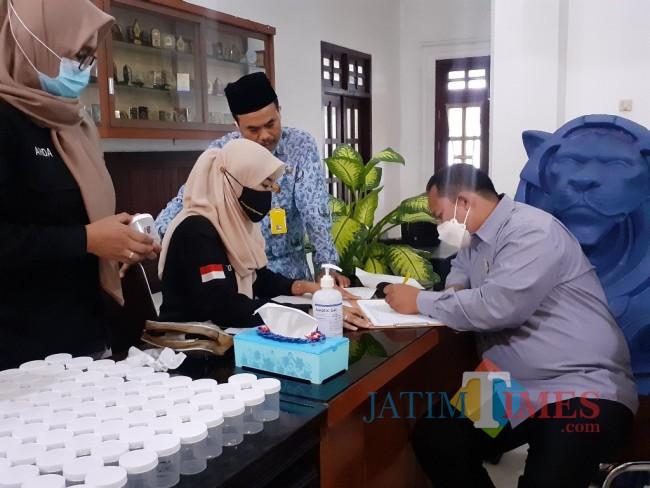 Anggota DPRD Kota Malang saat akan menjalani tes narkoba, Senin (17/5/2021). (Arifina Cahyanti Firdausi/MalangTIMES).