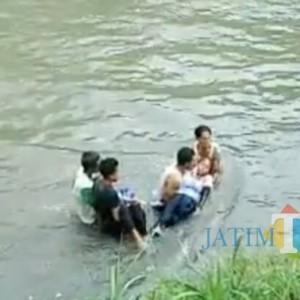 Terekam CCTV, Toyota Fortuner Bertabrakan dengan Motor hingga Terpental ke Sungai