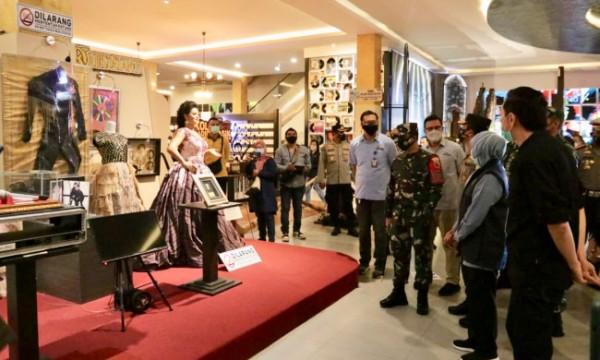 Gubernur Jatim Khofifah Indar Parawansa saat meninjau protokol kesehatan di Museum Musik Dunia beberapa saat lalu. (Foto: istimewa)